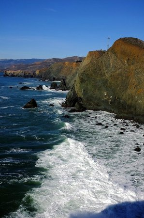 Marin Headlands : Looking down at the breaking waves from the light house