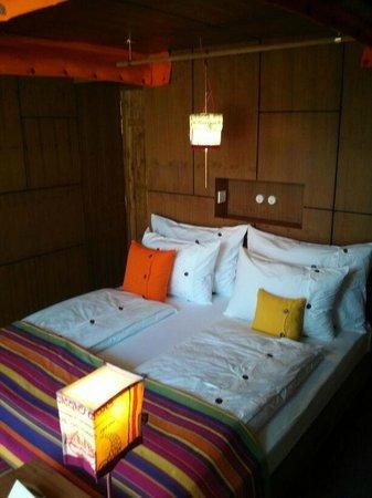 UTMT Underneath The Mango Tree: Schlafzimmer Mit Himmelbett, Das Nachts  Ausgeklappt Wird