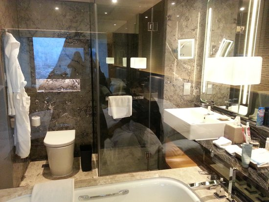 Royal Plaza Hotel: The bathroom, clean and spacious