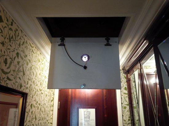 Hotel Francois 1er: Ceiling opening fell