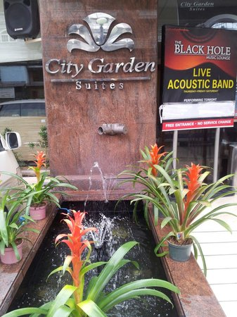 City Garden Suites: Brunnen am Eingang