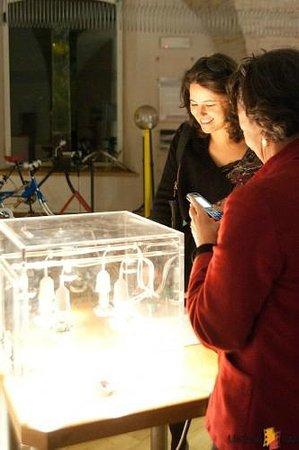 Museo Perugia Officina della Scienza e della Tecnologia (POST): visitatori alle prese con uno degli exhibit