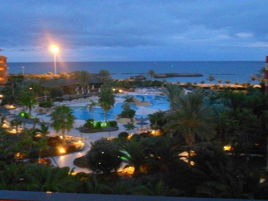 Sheraton Fuerteventura Beach, Golf & Spa Resort: Poolområdet, kväll