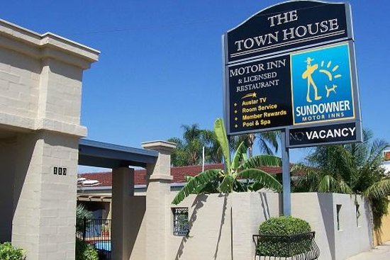 The town house motor inn 3 5 goondiwindi for Town house motor inn