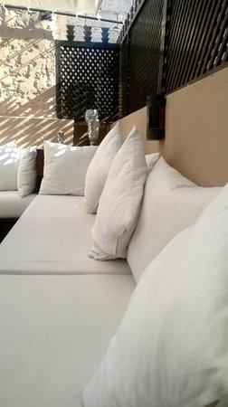 Riad L'Empire : coin salon terrasse