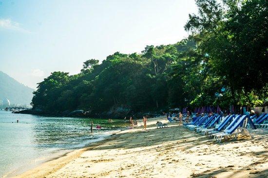 Tri Trang Beach Resort: half way along beach looking back towards hotel