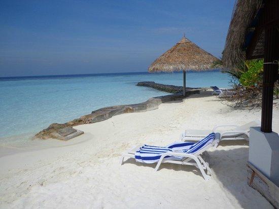 Thulhagiri Island Resort: mare di fronte al bingalow