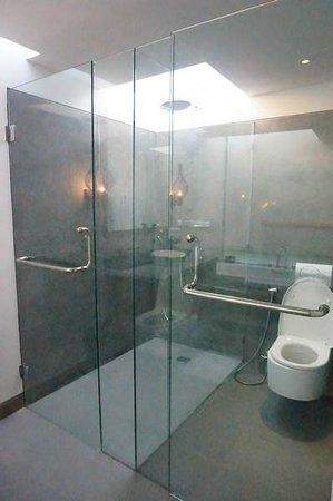 Mahala Hasa: Seperated shower & toilet area