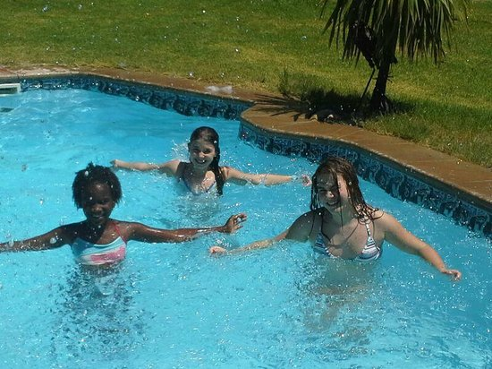African Family Farm: Die Kinder im Pool