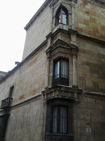 Palacio de los Guzmanes: Hermosa ventana-balcón en esquina.