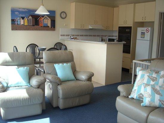 Beaches Apartments Merimbula: Kitchen/dining/lounge area