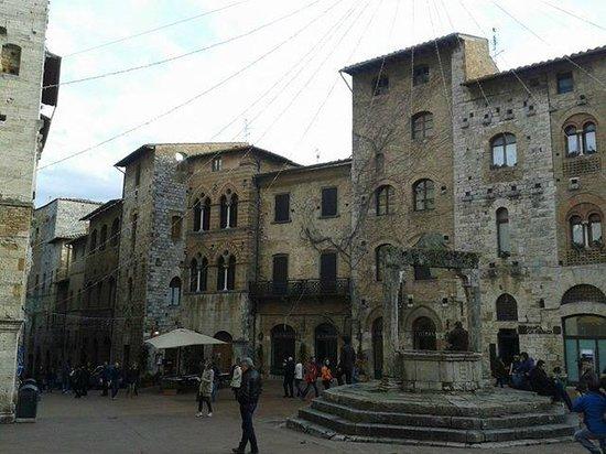 Villa Ducci : Piazza della Cisterna a San Gimignano