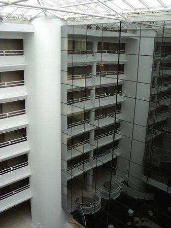AC Hotel Ambassadeur Antibes- Juan les Pins: vetrata interiore