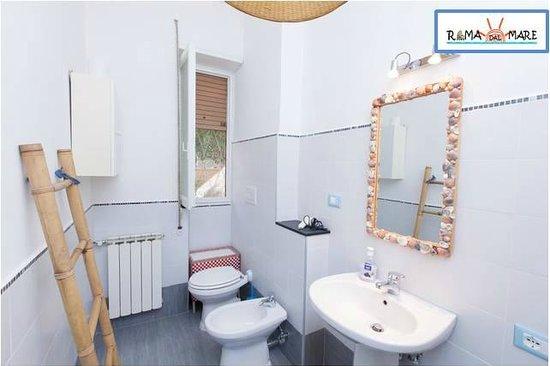 Appartamento campolle bagno foto di roma dal mare for Arredo bagno ostia
