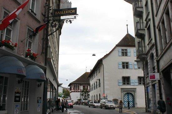 Baslertor Hotel: Фасад отеля выходит на Pfistergasse, в квартале от набережной