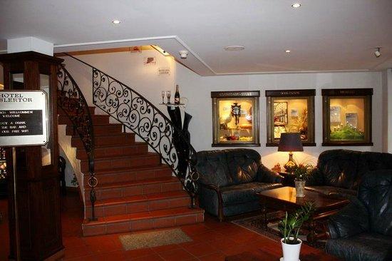 Baslertor Hotel: Лестница из холла