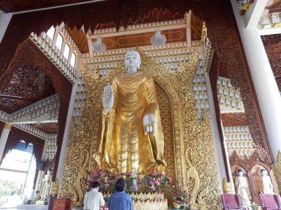 Dharmikarama Burmese Temple: 仏像