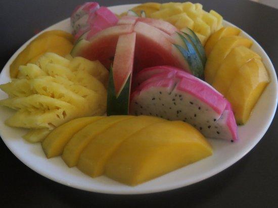 Golden Sun Suites Hotel : welcoming plate of fresh fruit