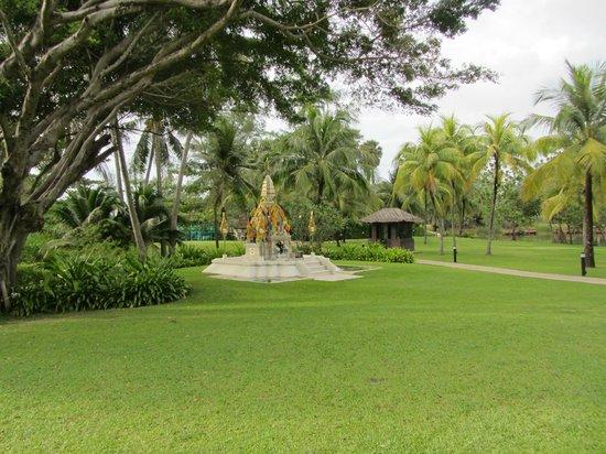 Hilton Phuket Arcadia Resort & Spa: Hotelområdet er en hel park - og velholdt