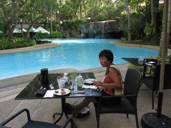 Hilton Phuket Arcadia Resort & Spa: Morgenmad ved en af poolområderne