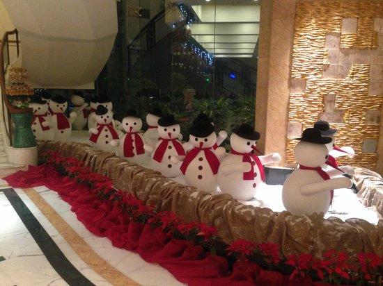 Shangri-La's Eros Hotel: lobby decorations