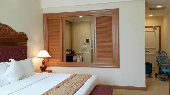 The Royale Chulan Kuala Lumpur: Bathroom window