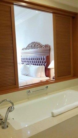 The Royale Chulan Kuala Lumpur: Bathtub