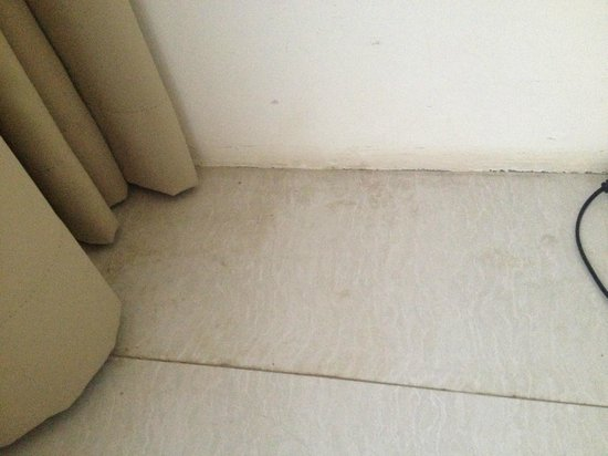 Le Nixsun Villa & Spa: Floors awfully dirty (same as all around the villa). Some places never cleaned.
