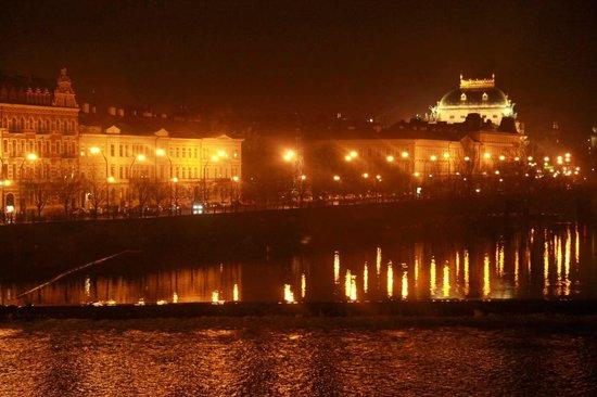 National Theater (Narodni divadlo) visto dal ponte Carlo