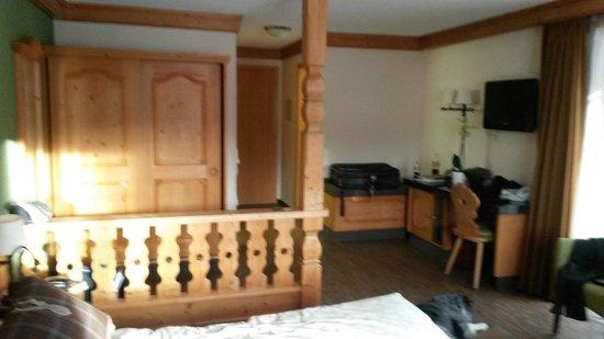 Hotel Kirchbuehl: Schrank,Schreibtisch,Minibar