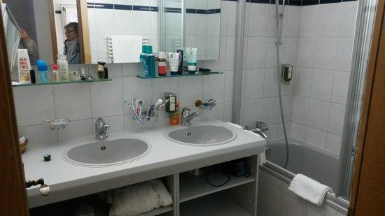Hotel Kirchbuehl: Bad mit Badewanne und Dusche