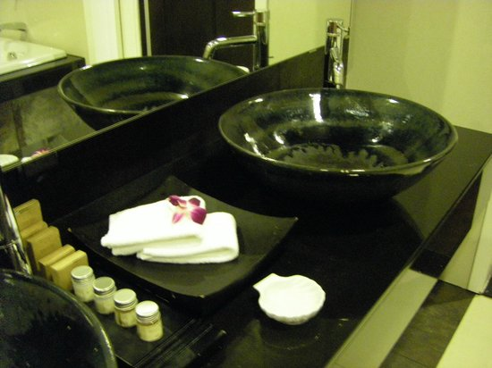 Cape Panwa Hotel: Bathroom - super soft towels and lovely amenities