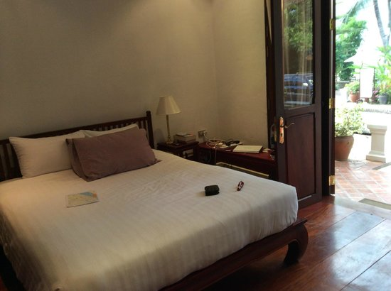 The BelleRive Boutique Hotel : Bedroom which opens on to the street