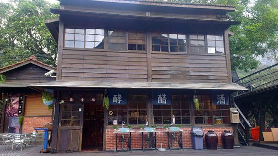Checheng Station: Shops around the train station