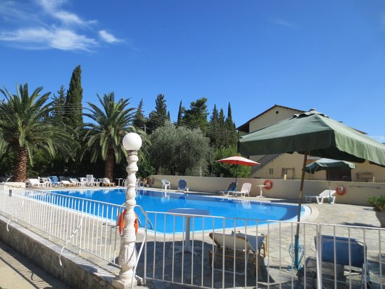 Artemis Apartments : Beautiful pool area
