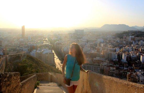 Castillo de Santa Bárbara: Вид с горы на город