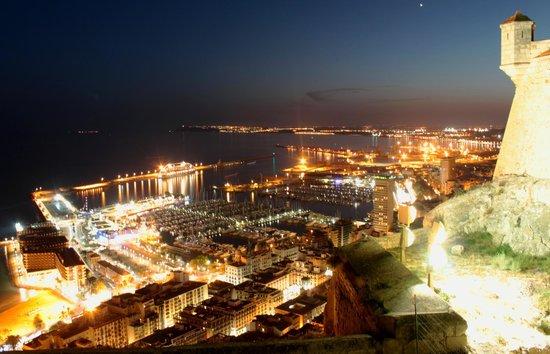 Castillo de Santa Bárbara: Вид на ночной порт