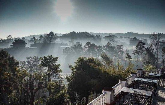 Himalayan Horizon: ลานหลังโรงแรม
