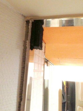 Hotel Cram: Encadrement de porte de la SDB