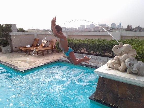 Rikka Inn: Junior se la spassa sui tetti di Bangkok!!!