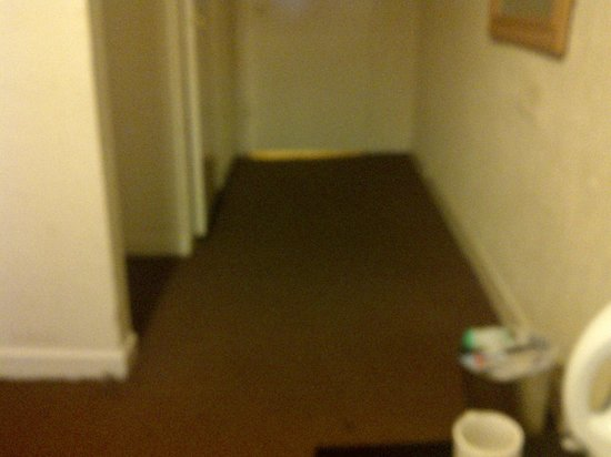 St. Enoch Hotel: the floor on a slant really bad and biggap under door too