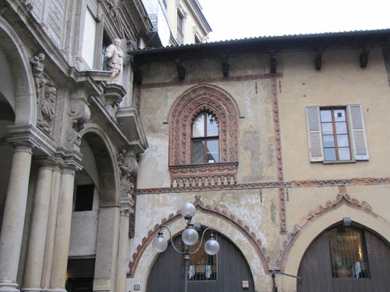 Piazza Mercanti: piazza