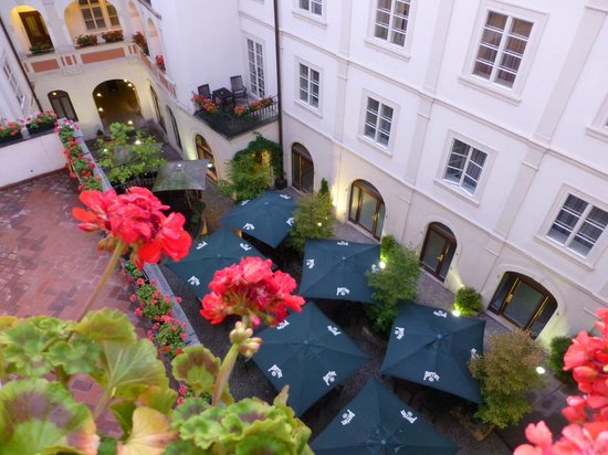 Iron Gate Hotel & Suites: Vista cortile interno hotel