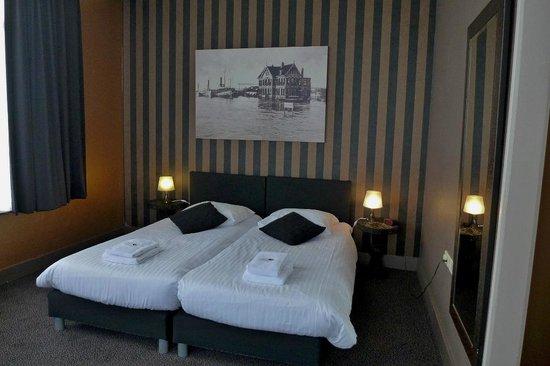 boxspring betten picture of slapen eten bij toine. Black Bedroom Furniture Sets. Home Design Ideas