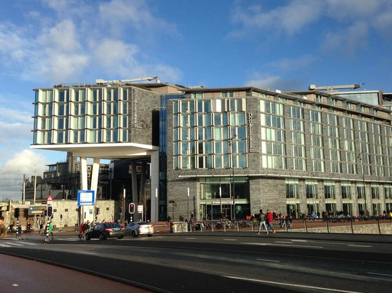 DoubleTree by Hilton Hotel Amsterdam Centraal Station : The Hotel is located right next to the Central Station - the hub.