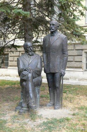 Varna Archaeological Museum: памятник братьям Шкорпил