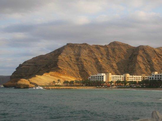 Shangri-La Al Husn Resort & Spa: Al Waha hotel from across the resort