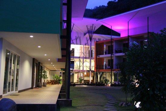 Phi Phi Andaman Beach Resort: ночной вид отеля