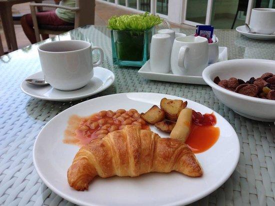 Centara Nova Hotel & Spa Pattaya: the poolside breakfast