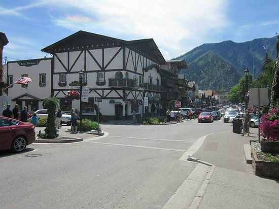 Hotel Pension Anna: Downtown Leavenworth, literally steps away from the hotel!